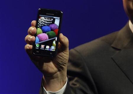 J.K. Shin, president of Mobile Communications Business for Samsung Electronics, unveils a new Galaxy S Android smartphone during the International CTIA Wireless trade show in Las Vegas, Nevada March 23, 2010. REUTERS/Steve Marcus
