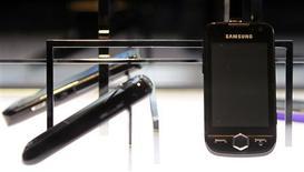 <p>Modèles de téléphones fabriqués par Samsung. Le groupe coréen prévoit qu'il ne pourra répondre à la demande en écrans OLED de tous ses clients que l'année prochaine, et investit dans l'accroissement de ses capacités de production. /Photo prise le 29 janvier 2010/REUTERS/Lee Jae-Won</p>