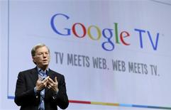 """<p>Eric Schmidt, directeur général de Google, a dévoilé jeudi """"Google TV"""", un projet qui doit permettre au moteur de recherche de développer l'utilisation du web dans les foyers au-delà des ordinateurs et des smartphones. /Photo prise le 20 mai 2010/REUTERS/Robert Galbraith</p>"""