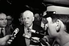 <p>Российский физик и правозащитник Андрей Сахаров беседует с журналистами в аэропорту Парижа 9 декабря 1988 года. 21 мая 1921 года родился Андрей Сахаров, советский ученый, создатель водородной бомбы, правозащитник. REUTERS/Jean-Claude Delmas</p>