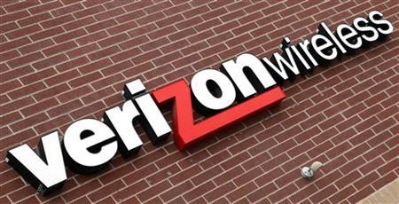 A sign of Verizon Wireless is seen at its store in Westminster, Colorado April 26, 2009. The earnings calendar next week is full of economic bellwethers, including Dow component Verizon Communications Inc. REUTERS/Rick Wilking