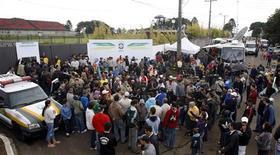 <p>Torcedores e imprensa se aglomeram em frente ao CT do Atlético-PR, onde a seleção brasileira inicia preparação para a Copa do Mundo. REUTERS/Paulo Whitaker</p>