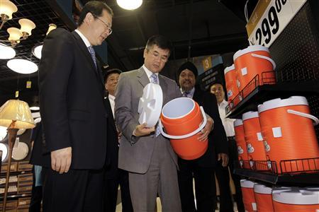U.S. Commerce Secretary Gary Locke (C) looks at a water dispenser at a Homebasix supermarket from America, in Tianjin, May 22, 2010. REUTERS/Jason Lee