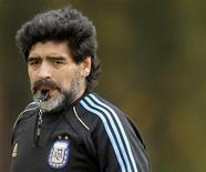 <p>Técnico da seleção argentina, Diego Maradona, comanda treino em Buenos Aires. O futebol argentino não tem boas perspectivas na Copa do Mundo uma vez que Maradona não tem capacidade para liderar a equipe, disse o ex-treinador Vicente Cantatore, com vasta experiência no futebol espanhol. 22/05/2010 REUTERS/Enrique Marcarian</p>