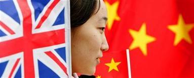 <p>Una ragazza tra la bandiera britannica e quella inglese. REUTERS/Peter Macdiarmid PKM/ASA/JV</p>