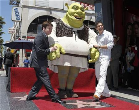 Actors Mike Myers (L) and Antonio Banderas (R) pose with character 'Shrek' as it receives a star on the Hollywood Walk of Fame in Hollywood May 20, 2010. REUTERS/Fred Prouser