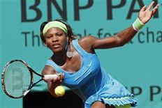 <p>Serena Williams rebate jogada durante jogo contra Stefanie Voegele no Aberto da França em Roland Garros, Paris. A tenista número um do mundo Serena Williams se recuperou de um início de partida ruim para afastar a zebra e vencer por 7-6 e 6-2 nesta segunda-feira, se classificando para a segunda rodada do Aberto da França. 24/05/2010 REUTERS/Pascal Rossignol</p>