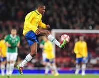 <p>Zagueiro Juan, durante amistoso contra a Irlanda, exaltou a boa defesa da seleção, mas quer atacante como melhor da Copa da África. REUTERS/Toby Melville</p>