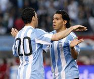 <p>Maximiliano Rodríguez e Carlos Tevez comemoram gol em goleada de 5 x 0 sobre o Canadá em amistoso antes da Copa do Mundo. REUTERS/Santiago Pandolfi</p>