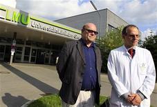 <p>El mánager del cantante de U2, Paul McGuiness, junto al profesor Joerg Christian Tonn, dan una declaración sobre el estado de salud de Bono frente a un hospital de Múnich. Mayo 25 2010. El cantante de U2 Bono abandonó el martes el hospital donde estaba ingresado en Alemania tras someterse a una operación de urgencia en la espalda, pero la lesión ha obligado a la banda irlandesa a posponer todos los conciertos en América del Norte, parte de su gira mundial. REUTERS/Michael Dalder</p>