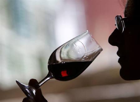 5月25日、オランダの研究で、健康な成人による適度の飲酒が糖尿病のリスクを減らす可能性が明らかに。写真はワインを味わう人、昨年12月にブルガリアで撮影(2010年 ロイター/Oleg Popov)