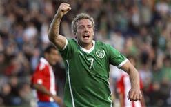 <p>Liam Lawrence, da seleção irlandesa, comemora após marcar um gol contra o Paraguai, em amistoso no estádio Royal Dublin Showgrounds, em Dublin, 25 de maio de 2010. A seleção paraguaia foi derrotada nesta terça-feira pela Irlanda por 2 x 1 em um amistoso que marcou a estreia do atacante Lucas Barrios, autor do gol da equipe sul-americana, que se prepara para a Copa do Mundo. REUTERS/Cathal McNaughton</p>