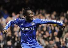 <p>Michael Essien, do Chelsea, comemora gol contra o APOEL Nicosia durante jogo da Liga dos Campeões em Londres em 2009.O meio-campista foi cortado da seleção de Gana depois de não se recuperar de uma lesão no joelho. 08/12/2009 REUTERS/Toby Melville</p>
