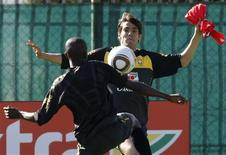 <p>Kaká disputa bola com Ramires durante treino. Kaká finalmente reencontrou a bola no primeiro treino da seleção brasileira na África do Sul, nesta sexta-feira, após ter passado a primeira semana de preparação do Brasil recuperando a forma após uma contusão muscular na coxa esquerda.28/05/2010.REUTERS/Mike Hutchings</p>