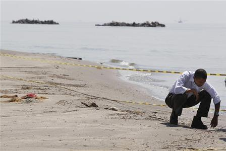 President Obama surveys damage along the Louisiana coastline at Fourchon Beach in the Gulf of Mexico, May 28, 2010. REUTERS/Larry Downing