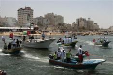 <p>La polizia navale di Hamas durante un'esercitazione preparatori all'arrivo del convoglio umanitario Freedom Flotilla. REUTERS/Mohammed Salem</p>