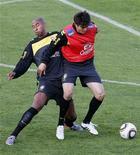 <p>Kaka e Luisão durante treino em Johanesburgo neste domingo. Treino coletivo termina sem gols e com muitos erros de Kaká. REUTERS/Paulo Whitaker</p>