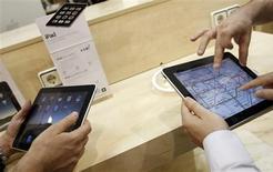 <p>A devise égale, la tablette numérique iPad d'Apple est vendu nettement plus cher en Europe que sur les autres marchés, notamment aux Etats-Unis, selon une étude comparative rendue publique lundi. /Photo prise le 28 mai 2010/REUTERS/Susana Vera</p>