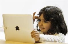 <p>Una bimba alle prese col nuovo iPad nell'Alle Store di Londra, il 28 maggio scorso. REUTERS/Luke MacGregor</p>