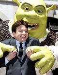 """<p>Ator Mike Myers posa com personagem """"Shrek"""" ao receber uma estrela na Calçada da Fama de Hollywood. As glamurosas garotas de """"Sex and the City 2"""" foram ofuscadas por um ogro verde no final de semana de estreia na América do Norte neste domingo, com o filme """"Shrek para Sempre"""" chegando à segunda rodada com a preferência de público. 20/05/2010 REUTERS/Fred Prouser</p>"""