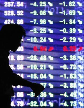 6月1日、ドイツ証券は、大阪証券取引所の日経平均先物取引で寄り付き時に実際の注文を上回る発注を行ったと発表。写真は都内で昨年9月撮影した株価ボード(2010年 ロイター/Issei Kato)