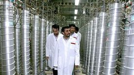 <p>Президент Ирана Махмуд Ахмадинежад во время посещения завода по обогащению урана в Натанце 8 апреля 2008 года. Иран готовит дополнительное оборудование для обогащения урана до более высоких уровней и продолжает накапливать ядерный материал, говорится в докладе Международного агентства по атомной энергии (МАГАТЭ), который может усилить напряженность в отношениях Ирана с Западом. REUTERS/Presidential official website/Handout</p>