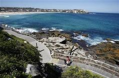 <p>Pedestrians walk along the Bondi to Bronte beach path in Sydney's eastern suburbs December 17, 2008. REUTERS/Tim Wimborne</p>
