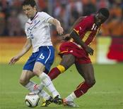<p>Sully Muntari da Gana (dir) disputa jogada com Mark van Bommel da Holanda durante amistoso antes da Copa do Mundo. O técnico da seleção da Holanda, Bert van Marwijk, parece ter construído um sólido esquema de jogo para sua equipe, que nesta terça-feira goleou Gana por 4 x 1 em um amistoso preparatório para a Copa do Mundo. 01/06/2010 REUTERS/Michael Kooren</p>