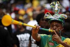 <p>Футбольный фанат трубит в вувузелу во время матча недалеко от Соуэто 26 марта 2010 года. Никаких мер на чемпионате мира-2010 против использования вувузел, рожков, которые используют южноафриканские болельщики во время матчей, вводится не будет, заявили организаторы чемпионата во вторник. REUTERS/Siphiwe Sibeko</p>