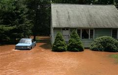 <p>Floodwaters converging from the Delaware River and the Delaware and Raritan Canal surge through the yard of an evacuated home in Yardley, Pennsylvania, June 29, 2006. REUTERS/Jeff Zelevansky</p>