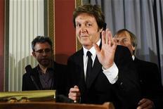 <p>Paul McCartney acena ao deixar coletiva de imprensa após receber o Prêmio Gershwin da Canção Popular em Washington. McCartney disse na terça-feira estar honrado por receber um dos mais importantes prêmios musicais dos Estados Unidos,, dado pela Biblioteca do Congresso. REUTERS/Jonathan Ernst</p>