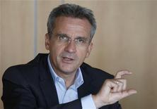 """<p>Frank Esser, le PDG de SFR. L'opérateur télécoms français lancera avant la fin de l'année 2010 une nouvelle """"box"""" qui sera assortie d'une offre premium, plus chère que son actuel """"triple-play"""" -téléphone, internet et télévision- à 29,90 euros. /Photo d'archives/REUTERS/Charles Platiau</p>"""