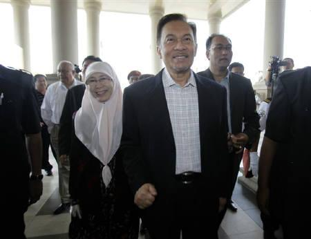 Malaysia's opposition leader Anwar Ibrahim and his wife Wan Azizah Wan Ismail arrive at the courthouse in Kuala Lumpur May 31, 2010. REUTERS/Bazuki Muhammad