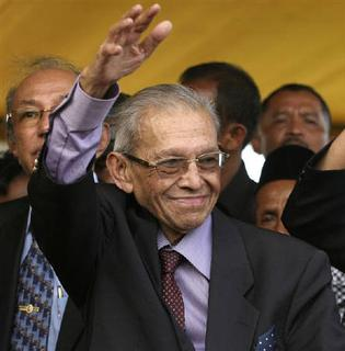 Hasan di Tiro, founder of the former rebel group Free Aceh Movement (GAM), waves to supporters upon arrival at Pidie in Indonesia's Aceh province in this October 14, 2008 file photo. REUTERS/Tarmizy Harva/Files