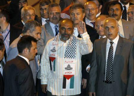 Bulent Yildirim (C), head of Turkey's Islamic and pro-Palestinian rights group, The Foundation for Human Rights and Freedoms and Humanitarian Relief (IHH) waves upon his arrival at Ataturk International airport in Istanbul early June 3, 2010. REUTERS/Osman Orsal