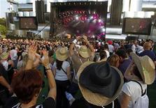<p>Imagen de archivo de los asistentes al festival Rock in Rio en Lisboa. Mayo 22 2010. Es uno de los festivales de música más peculiares, puesto que pretende atraer no sólo a jóvenes sino a familias con niños, adolescentes o incluso personas mayores. REUTERS/Jose Manuel Ribeiro/ARCHIVO</p>