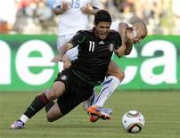 <p>O mexicano Carlos Vela (esq) disputa bola com o italiano Fabio Cannavaro (dir) durante jogo amistoso em Bruxelas. O México venceu a Itália por 2 x 1 nesta quinta-feira em amistoso preparatório para a Copa da África do Sul. 03/06/2010 REUTERS/Alessandro Garofalo</p>