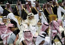 """<p>Саудовские принцы держат в руках мечи во время фестиваля в пригороде Эр-Рияда 23 марта 2010 года. Исламистская группировка """"аль-Каида"""" угрожает похищениями членов королевской семьи Саудовской Аравии и министров правительства страны, чтобы добиться освобождения арестованной женщины-члена группировки, сообщил телеканал al Arabiya в четверг вечером. REUTERS/Fahad Shadee</p>"""