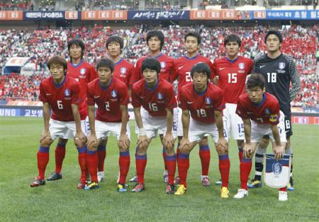 (Front row L-R) South Korea's national soccer team players pose before a friendly soccer match at the Seoul World Cup stadium in Seoul May 16, 2010. REUTERS/Lee Jae-Won