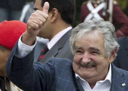 6月4日、ウルグアイのムヒカ大統領の個人資産が約18万円相当の1987年型フォルクスワーゲン・ビートルのみだったことが明らかに。写真は4月、ベネズエラを訪問したムヒカ大統領(2010年 ロイター/Carlos Garcia)