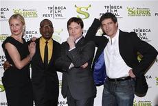 """<p>Foto de archivo: (de izquierda a derecha) los miembros de elenco de """"Shrek Forever After"""" Cameron Diaz, Eddie Murphy, Mike Myers y Antonio Banderas posan a su llegada a la premiere de la cinta animada en Nueva York, abr 21 2010. REUTERS/Jessica Rinaldi (UNITED STATES)</p>"""