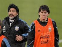 <p>Lionel Messi (dir) e o técnico da seleção argentina, Diego Maradona, durante treino da equipe em Pretória. A admiração por Messi uniu neste domingo as torcidas argentina e sul-africana, que cantaram e dançaram juntas durante um treino aberto ao público para animar o conjunto do técnico Maradona. 03/06/2010 REUTERS/Enrique Marcarian</p>