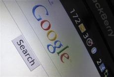 <p>Página do Google vista de um Blackberry. A polícia australiana foi convocada a investigar o gigante de Internet Google quanto a possíveis violações das leis de privacidade das telecomunicações, anunciou o secretário da Justiça do país no domingo.13/04/2010.REUTERS/Mike Blake</p>