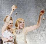 """<p>Imagen de archivo de las actrices de """"Sex and the City 2"""" Sarah Jessica Parker y Kim Cattrall, en la premier de la película en Japón. Jun 1 2010. Las glamorosas chicas de """"Sex and the City"""" se mantuvieron en el primer lugar de la taquilla británica por segunda semana, luego de que el debut de su saga el mes pasado se convirtiera en el mayor estreno del año. REUTERS/Michael Caronna /ARCHIVO</p>"""