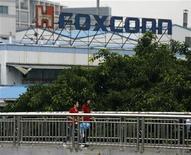 <p>Foto de archivo de unos trabajadores de la compañía Foxconn a la salida de la sede de la empresa en Longhua, China, jun 2 2010. Foxconn International Holdings, que fabrica los iPhones de Apple, dijo el martes que pretende subir los precios para compensar el incremento salarial que debió dar en una planta en el sur de China tras una ola de suicidios. REUTERS/Bobby Yip</p>