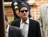 <p>Ator Charlie Sheen chega para sua audiência no Tribunal de Aspen, Colorado. Os advogados de Sheen esperam resolver prontamente uma disputa de última hora envolvendo os detalhes do seu regime semiaberto, o que o impediu de selar o acordo com as autoridades do Colorado para encerrar o processo em que é réu por agredir a mulher. 07/06/2010 REUTERS/Rick Wilking</p>