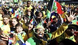 """<p>Hinchas celebran mientras esperan a la selección nacional de Sudáfrica """"Bafana Bafana"""", durante un carnaval en las calles de Sandton, en Johannesburgo. Jun 9 2010. Miles de aficionados de la selección sudafricana de fútbol convirtieron el miércoles en un carnaval las calles de Johannesburgo mientras bailaban, gritaban y hacían sonar sus vuvuzelas a la espera del paso del bus que llevó a seleccionado, """"Bafana Bafana"""", a recorrer la ciudad. REUTERS/Siphiwe Sibeko</p>"""
