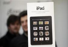 <p>Imagen de archivo de un aviso publicitario del computador iPad de Apple, en una tienda en Madrid. Mayo 28 2010. El iPad de Apple, inicialmente considerado un dispositivo de entretenimiento online para consumidores, está metiéndose rápidamente en el mundo de los negocios en Asia, a medida que planificadores de boda, hoteles de lujo y aerolíneas se enganchan al Tablet PC. REUTERS/Susana Vera/ARCHIVO</p>