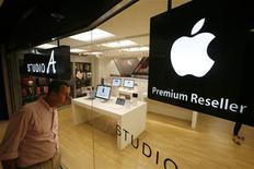 <p>Revendeur de produits Apple à Hong Kong. Selon le Financial Times, les autorités américaines de régulation de la concurrence envisagent d'enquêter sur Apple pour déterminer si le géant américain empêche abusivement ses concurrents comme Google de passer des publicités sur l'iPhone, l'iPad et l'iPod. /Photo prise le 8 juin 2010/REUTERS/Bobby Yip</p>