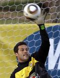 <p>Julio César fez boas defesas em segundo treino da seleção brasileira nesta quinta-feira e afastou dúvidas quanto sua forma física. REUTERS/Paulo Whitaker</p>